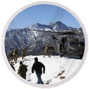 Soldiers Board A U.s. Army Uh-60 Black Round Beach Towel