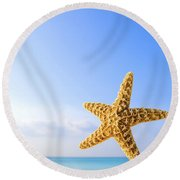 Starfish In Front Of The Ocean Round Beach Towel