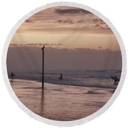 Surfers Pelicans And Pink Sky Round Beach Towel