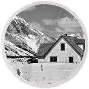 The Moulton House In Winter Round Beach Towel