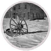 Wagon Wheel In Winter Round Beach Towel