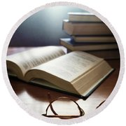 Books And Glasses Round Beach Towel