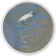 Egret Walking Up The Beach Round Beach Towel