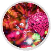 Festive Christmas Tree With Lights And Decorations Round Beach Towel