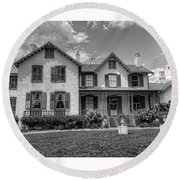 Lincoln Cottage In Black And White Round Beach Towel