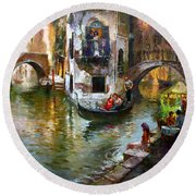 Romance In Venice Round Beach Towel