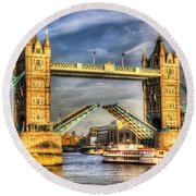 Tower Bridge And The Dixie Queen Round Beach Towel