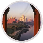 Taj Mahal At Sunrise Round Beach Towel