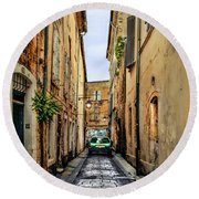 Alley In Avignon Round Beach Towel