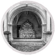 Arch At Fontevraud Abbey Bw Round Beach Towel