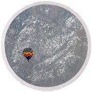 Ballon Verses Mountain Round Beach Towel