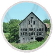 Barn With Chickens In Window Round Beach Towel