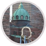 Ben Franklin Sculpture And St Peters Basilica Philadelphia Round Beach Towel
