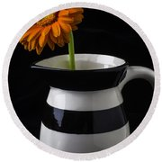 Black And White Vase With Daisy Round Beach Towel