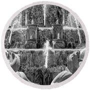Buckingham Fountain Closeup Black And White Round Beach Towel