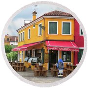Cafe In Burano Round Beach Towel