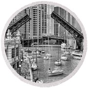 Chicago River Boat Migration In Black And White Round Beach Towel