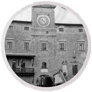Christmas In Cortona Round Beach Towel