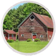 Classic Old Red Barn In Vermont Round Beach Towel