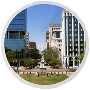 Confederate Monument With Buildings Round Beach Towel