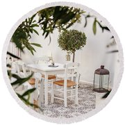 Dining In The Courtyard Round Beach Towel