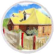 Do-00142 House And Fence Round Beach Towel