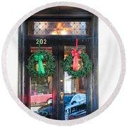 Fredricksburg Door Decorated For Christmas Round Beach Towel