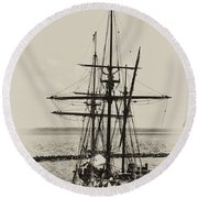 Godspeed At Port In Jamestown Round Beach Towel