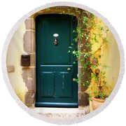 Green Door With Vine Round Beach Towel