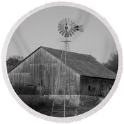 Laurel Road Barn In Black And White Round Beach Towel