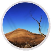 Lonely Bare Tree And Sanddunes Round Beach Towel