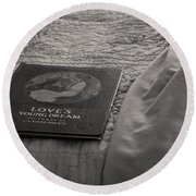Love Young Dreams  Round Beach Towel
