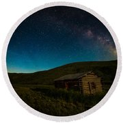 Milky Way Over Log Cabin Round Beach Towel