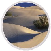 Morning In Death Valley Dunes Round Beach Towel