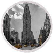 New York - Flatiron Building And Yellow Cabs - 2 Round Beach Towel