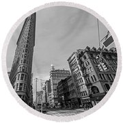 New York Ny Flatiron Building Fifth Avenue Black And White Round Beach Towel
