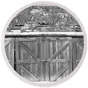 Old Barn In Black And White Round Beach Towel