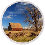 Old Barn In Chester Round Beach Towel