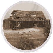 Old Barn In Oregon Round Beach Towel