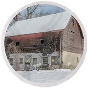 Old Barn In Upper Roxborough In The Snow Round Beach Towel