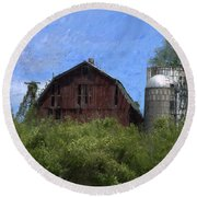 Old Barn On Summer Hill Round Beach Towel