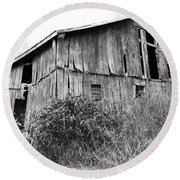 Old West Virginia Barn Black And White Round Beach Towel