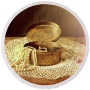 Open Jewelry Box With Pearls Round Beach Towel