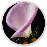 Pink Calla Lily With Butterfly Round Beach Towel