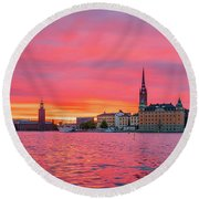 Pink Sunset Over Stockholm Round Beach Towel
