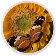 Pretty Butterfly On Sunflowers Round Beach Towel