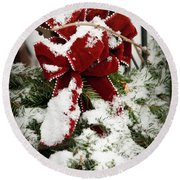 Red Bow On Pine Bough Round Beach Towel