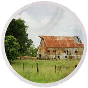 Red Oak Barn Round Beach Towel
