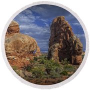 Red Rock Formations On A Desert Plateau In Utah Round Beach Towel