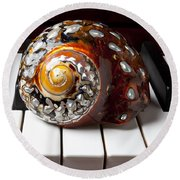 Snail Shell On Keys Round Beach Towel